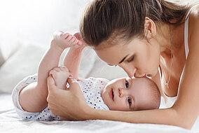 Mutter küsst ihr Säugling