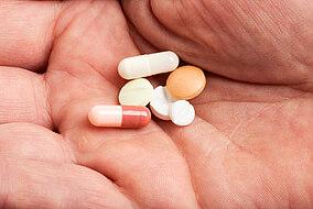 Tabletten auf einer Handfläche