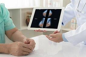 Arzt bespricht Untersuchungsergebnisse mit dem Patienten