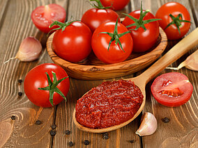 Tomaten in einer Holzschale