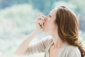 Donna con un inalatore per l'asma