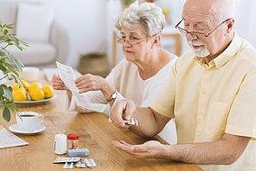 Ein älterer Mann nimmt Glitazone ein