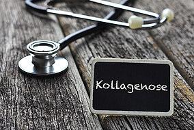 """Stethoskop und ein Schild mit der Aufschrift """"Kollagenose"""" liegt auf einem Tisch"""