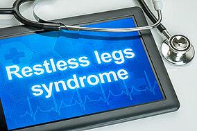 Stethoskop liegt auf einem Tablet mit der Diagnose Restless-Legs-Syndrome