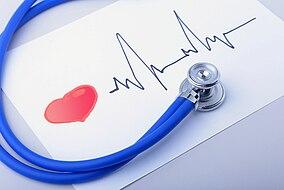 Stethoskop liegt auf einer Abbildung eines EKG