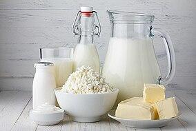 Verschiedene Milchprodukte wie Butter und Milch auf einem Tisch