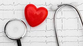 Stetoscopio e cuore su cardiogramma