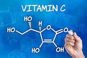 Mit Kreide gezeichnete chemische Formel von Vitamin C