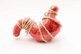 Illustration eines Magens, umschlungen mit einer Kordel