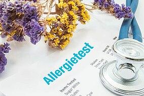 Druckergebnis mit der Aufschrift Allergy Testing neben Blumen liegend