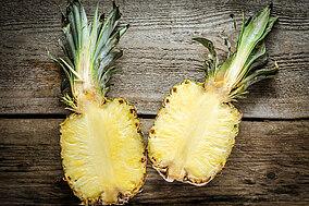 Eine in der Mitte geteilte Ananas