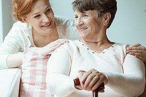 Seniorin sitzt mit ihrer Tochter zusammen