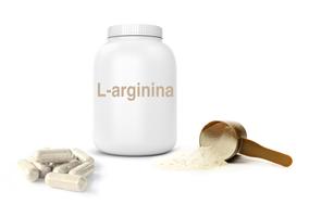 Contenitore con la scritta L-arginina, capsule e polvere in un dosatore su sfondo bianco