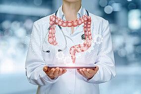 Ärztin hält ein Tablet mit einer Grafik eines Darms