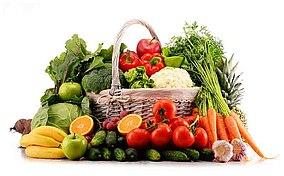 Diversi tipi di frutta e verdura crudi dentro e intorno a un cesto