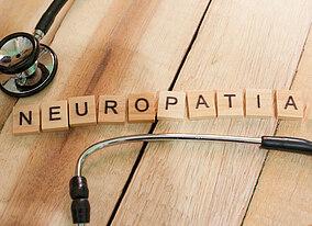 """Stetoscopio e la parola """"neuropathie"""" scritta con cubi di legno con lettere"""