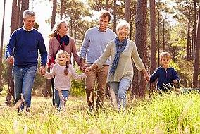 Glückliche Familie geht spazieren