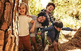 Kinder spielen in einem Wald