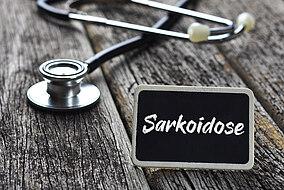 Stethoskop und Schriftzug Sarkoidose