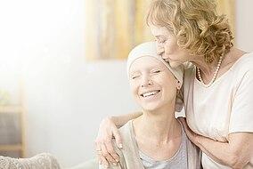 Mutter kümmert sich um ihre an Krebs erkrankte Tochter