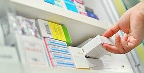 Medikamente werden in einen Schrank gepackt