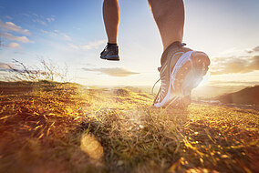 Person joggt im Freien