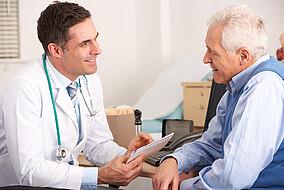 Arzt bespricht sich mit einem Patienten