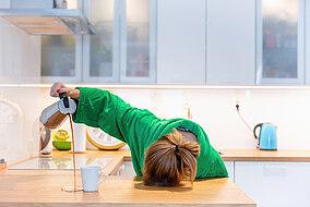 Frau bereitet sich einen Morgenkaffee zu