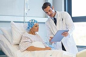 Arzt bespricht Ergebnisse mit einer Krebspatientin