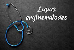 Stethoskop und Schriftzug Lupus