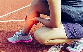 Atleta che si tiene il polpaccio