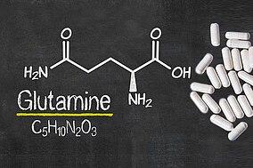 Chemische Formel für Glutamin und Kapseln