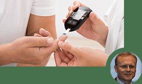 Der Blutzuckerspiegel eines Patienten wird gemessen.