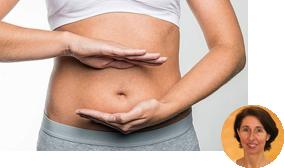 Frau zeigt durch ihre Hände die Position des Darms