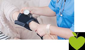 Patienten wird der Blutdruck gemessen