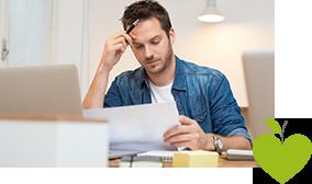 Ein Man schaut konzentriert auf ein Blatt Papier