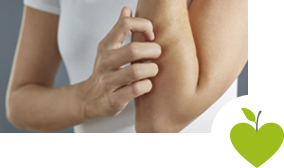 Frau kratzt sich am Unterarm