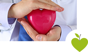 Arzt hält ein Herz in seinen Händen