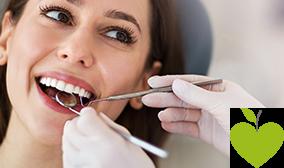 Zahnarzt untersucht die Zähne seiner Patientin