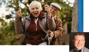 Älteres Ehepaar amüsiert sich auf einer Schaukel