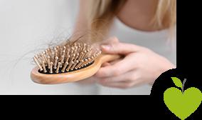 Frau hält Haarbürste in der Hand